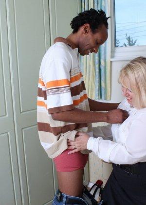 Горячая британская толстушка разрешает лапать себя молодому темнокожему мужчине и делать куни - фото 8