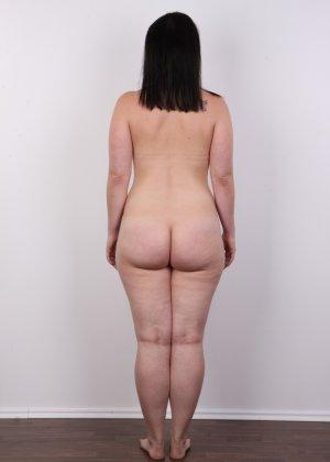 На очередном кастинге симпатичная девушка с пухлой задницей полностью разделась - фото 14