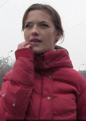Изабелла показывает все самые интимные зоны прямо на улице и даже делает минет случайному прохожему - фото 2