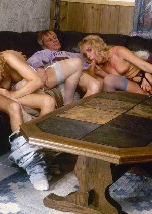 Ретро снимки, на которых две блондинки ублажают трех самцов, стараясь каждому доставить удовольствие - фото 6