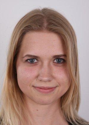Улыбчивая девушка показывает все свои достоинства на чешском кастинге, раздевшись догола - фото 2