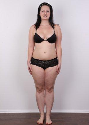 На очередном кастинге симпатичная девушка с пухлой задницей полностью разделась - фото 6