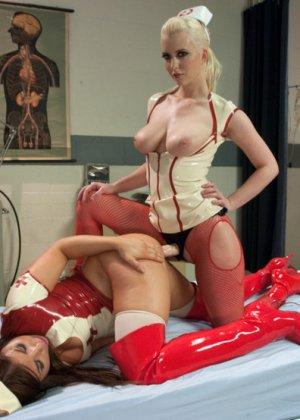 Черри Терн и ее подруга Миа Годелись в костюмы медсестер и трахают друг друга страпонами - фото 8