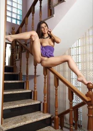 Зельда поднимается по лестнице и при этом снимает с себя всё лишнее, демонстрируя фигуру - фото 5