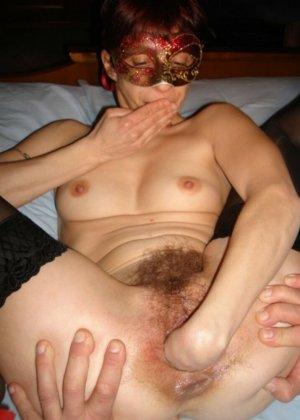 Волосатые киски красоток уже с раздвинутыми губками ждут, когда внутрь проникнут горячие хуи и начнут их жестко иметь - фото 9