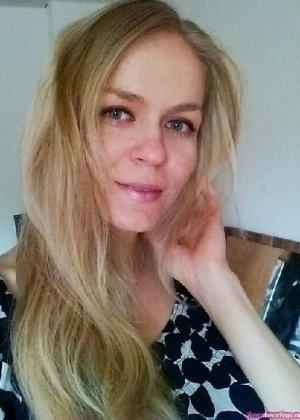 Милая блондинка знает, какую позу надо принять, чтобы выглядеть сексуально и возбудить мужчину - фото 40