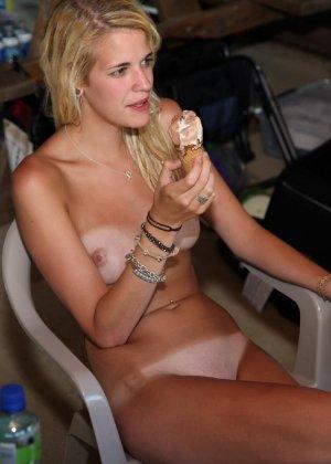 Подружки отдыхают голышом и совершенно не обращают ни на кого внимания - им стесняться нечего - фото 57