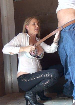 Опытная развратница знает, как правильно сделать минет и соблазнить мужчину для секса - фото 4