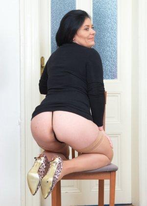 Пышная дамочка в возрасте показывает свое тело, чтобы доказать - она еще неплохо выглядит - фото 9