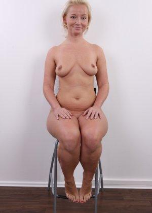 Голенькая пизденка с выпирающим клитором у невысокой блонды - фото 16