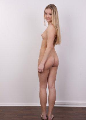 Молодая блондинка принимает участие в чешском кастинге и покорно исполняет все указания фотографа - фото 14