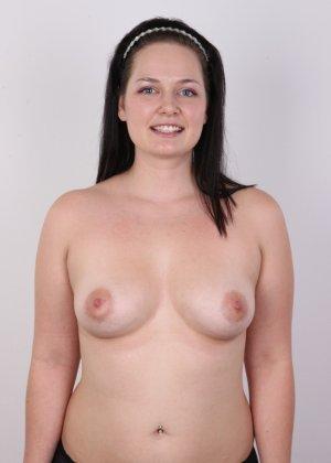 На очередном кастинге симпатичная девушка с пухлой задницей полностью разделась - фото 7
