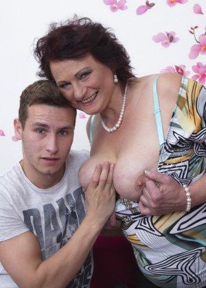 Зрелая женщина разрешает себя облапать молодому человеку и проявляет интерес к его члену - фото 7