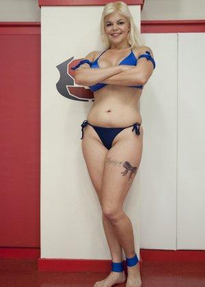 Крупные спортивные девчонки занимаются офигенным спортом на публике, еще и трахая друг другу пизденки - фото 2