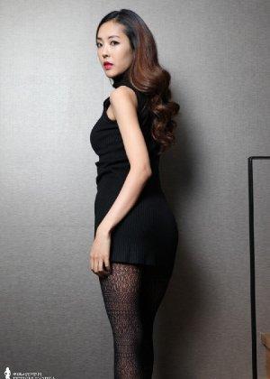 Азиатка постепенно освобождается от одежды и остается совсем обнажена, показывая стройное тело - фото 9