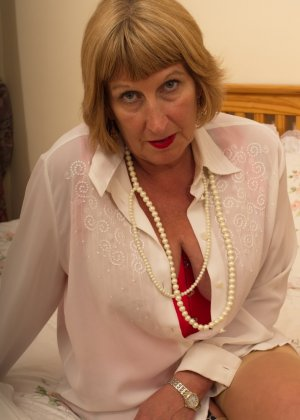 Кокетливой бабуле нравится носить эротическое белье под своим скромным нарядом - фото 15
