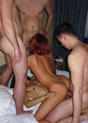 Зрелые парочки занимаются жарким сексом, а молодые девушки тоже очень хотят развлечений - фото 37