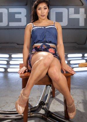 Великолепная азиатка Миа Ли раздвигает ноги для траха с секс машиной - фото 2