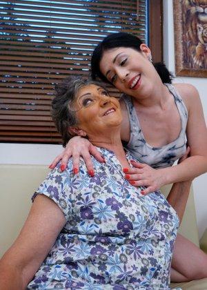 Бабуля лижет попку своей молодой соседке и целует ее груди, ведь она такая симпатичная девушка - фото 2