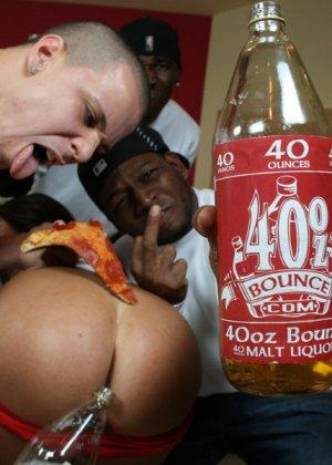 Парни любят хорошо поесть и выпить, а также посмотреть на голых телок с большими жопами, как у Бритни Стивенс - фото 9