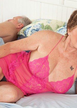 Пока муженек спит, в комнату Беа Каммингс приходит молодой друг и начинает ее иметь - фото 3