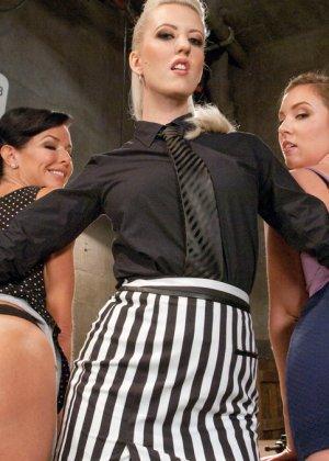 Три развратные красотки устраивают друг другу мощные оргазмы, применяя жесткие методы - фото 9