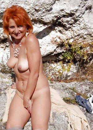 Зрелая женщина без стеснения раздевается и показывает свое тело, за которым она любит ухаживать - фото 13