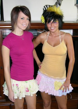 Две симпатичные молодые особы позируют перед камерами в обнаженном виде и ничего не стесняются - фото 2