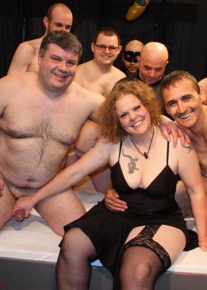 На одну толстую женщину накидываются сразу несколько самцов, и она торопится обслужить каждого - фото 1