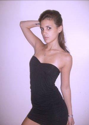 Брюнеточка позирует в соблазнительном платье и красивом нижнем белье – она весьма привлекательна - фото 17