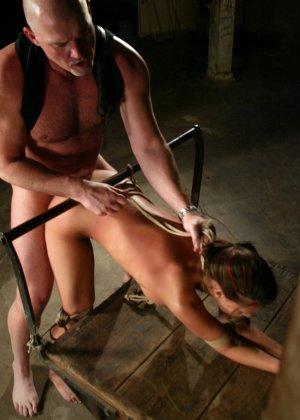 Марк Девис связывает Рейчел Старр в своем подвале, жестко шлепает ее задницу и ебет пизденку - фото 16