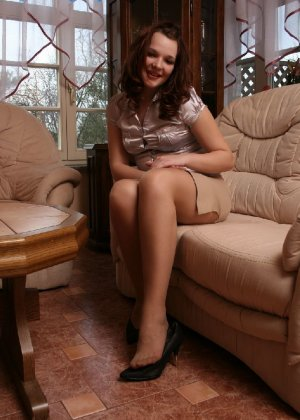 Девушка снимает туфли после тяжелого дня и показывает свои ножки в капроновых колготках - фото 14