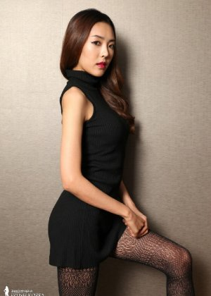 Азиатка постепенно освобождается от одежды и остается совсем обнажена, показывая стройное тело - фото 13