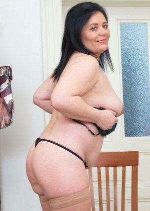 Пышная дамочка в возрасте показывает свое тело, чтобы доказать - она еще неплохо выглядит - фото 16