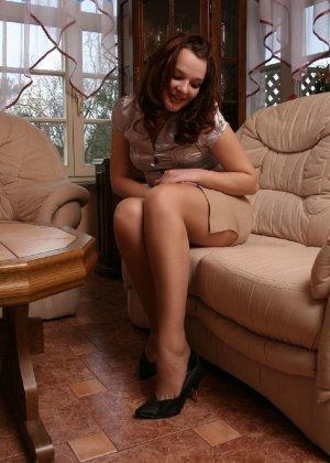 Девушка снимает туфли после тяжелого дня и показывает свои ножки в капроновых колготках - фото 13