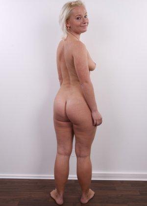 Голенькая пизденка с выпирающим клитором у невысокой блонды - фото 13