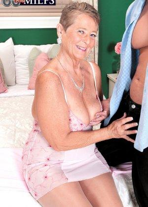 Великолепной женщине Джоанне Прис разорвал колготки и вставил хер в ее бритую пизду - фото 1