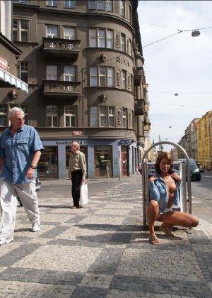 Тина обожает обнажаться на улицах города, в публичных местах, при этом шокируя прохожих своей откровенностью - фото 11