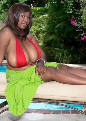 Мария Леоне – темнокожая пышечка, которая не прочь поделиться своими эффектными снимками со всеми - фото 2