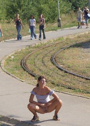 Тина обожает обнажаться на улицах города, в публичных местах, при этом шокируя прохожих своей откровенностью - фото 8