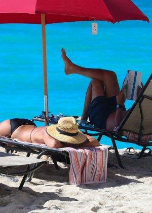 Джули Бенц засняи на пляже, когда она купалась в море, затем вышла обсыхать на берег в своем бикини - фото 16
