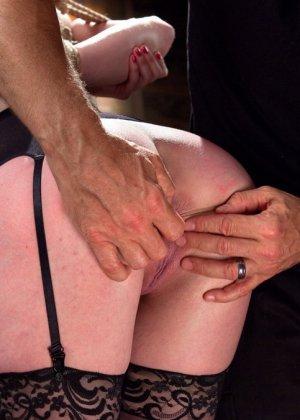 Ела Дарлинг с удовольствием принимает наказание от рук опытного Мики Мода и его ненасытного друга - фото 6- фото 6- фото 6