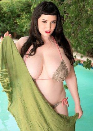 Дженна Валентина показывает свою пышную фигуру невероятных объемов, плескаясь в бассейне - фото 7