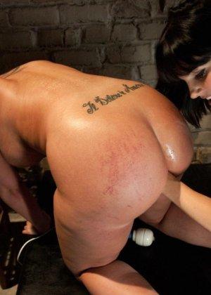 Одну девушку разрывают два члена - страпон в пизде и настоящий мужской член в анусе - фото 16