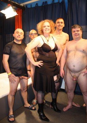 На одну толстую женщину накидываются сразу несколько самцов, и она торопится обслужить каждого - фото 7