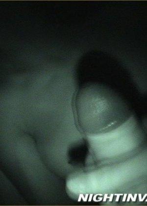 Мужик потрогал киску спящей супруги, поводил хером по ее мягким губам и кончил на животик - фото 14