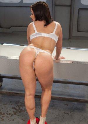Лиа Лексис хочет трахаться только ради своего удовольствия, для этого отлично подойдут секс машины - фото 4