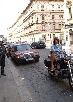 Тина обожает обнажаться на улицах города, в публичных местах, при этом шокируя прохожих своей откровенностью - фото 47