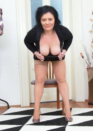 Пышная дамочка в возрасте показывает свое тело, чтобы доказать - она еще неплохо выглядит - фото 5