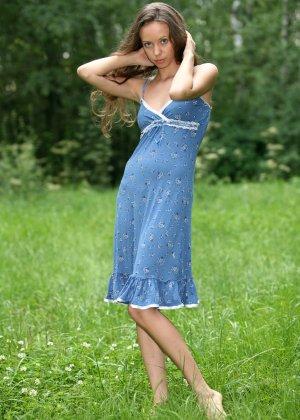 Горячая фотосессия молодой красотки, которая только дразнит собой, приподнимая платье, но не раздеваясь - фото 1